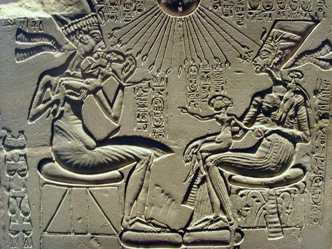 1200px-Akhenaten,_Nefertiti_and_their_children