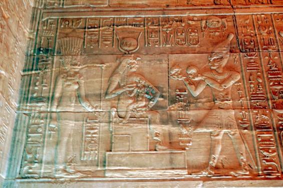 Flickr_-_Gaspa_-_File,_il_faraone_porge_doni_ad_Iside
